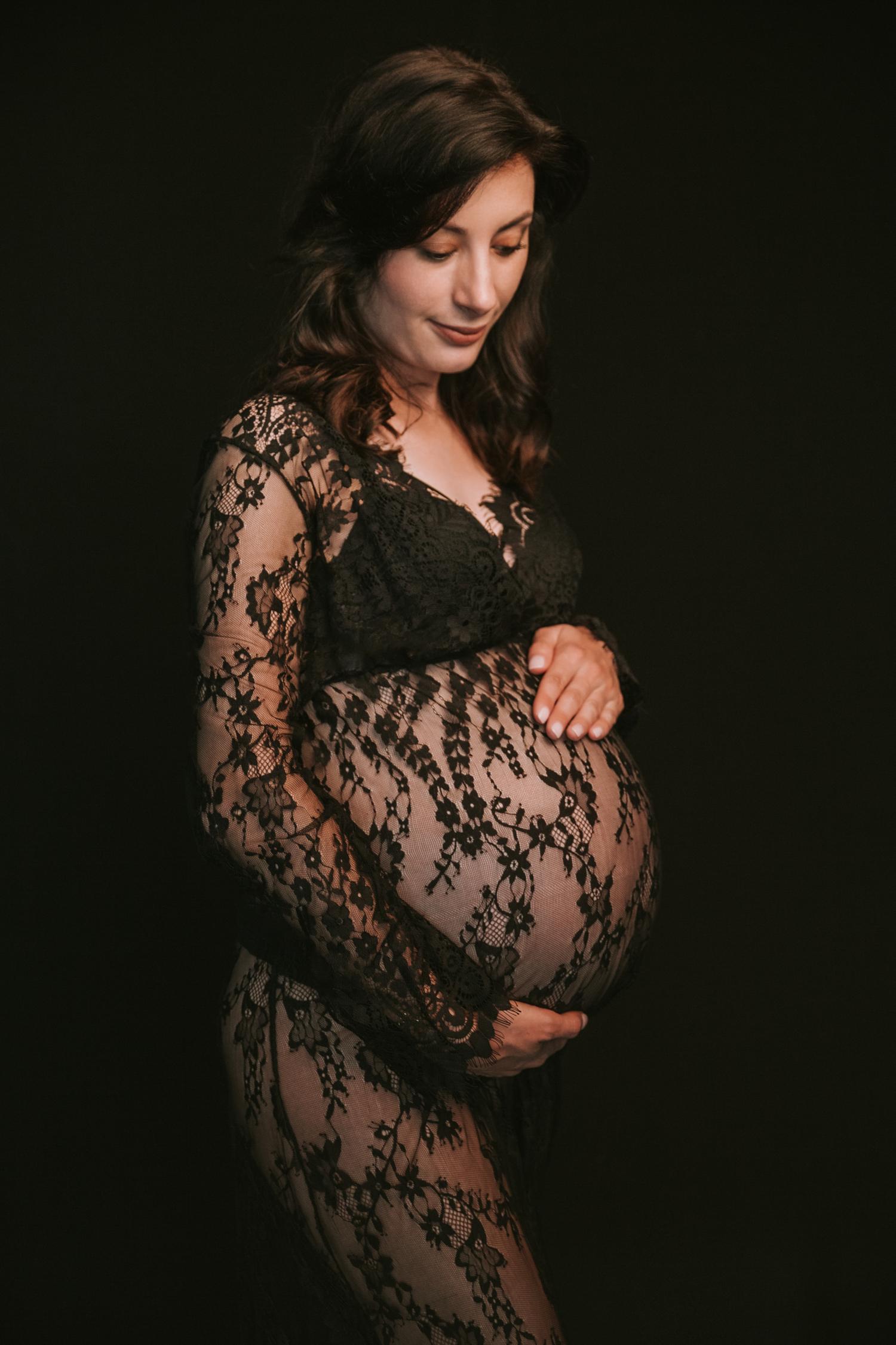 kobieta w ciąży w koronkowej sukience