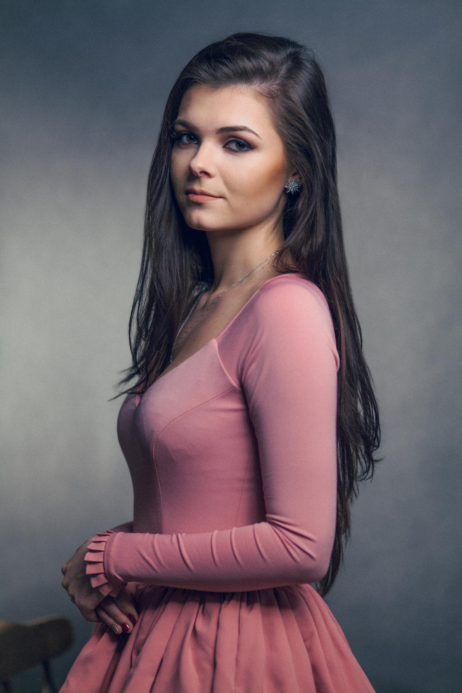 młoda dziewczyna w różowej sukience