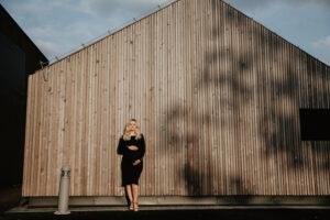 kobieta w ciąży na tle stodoły