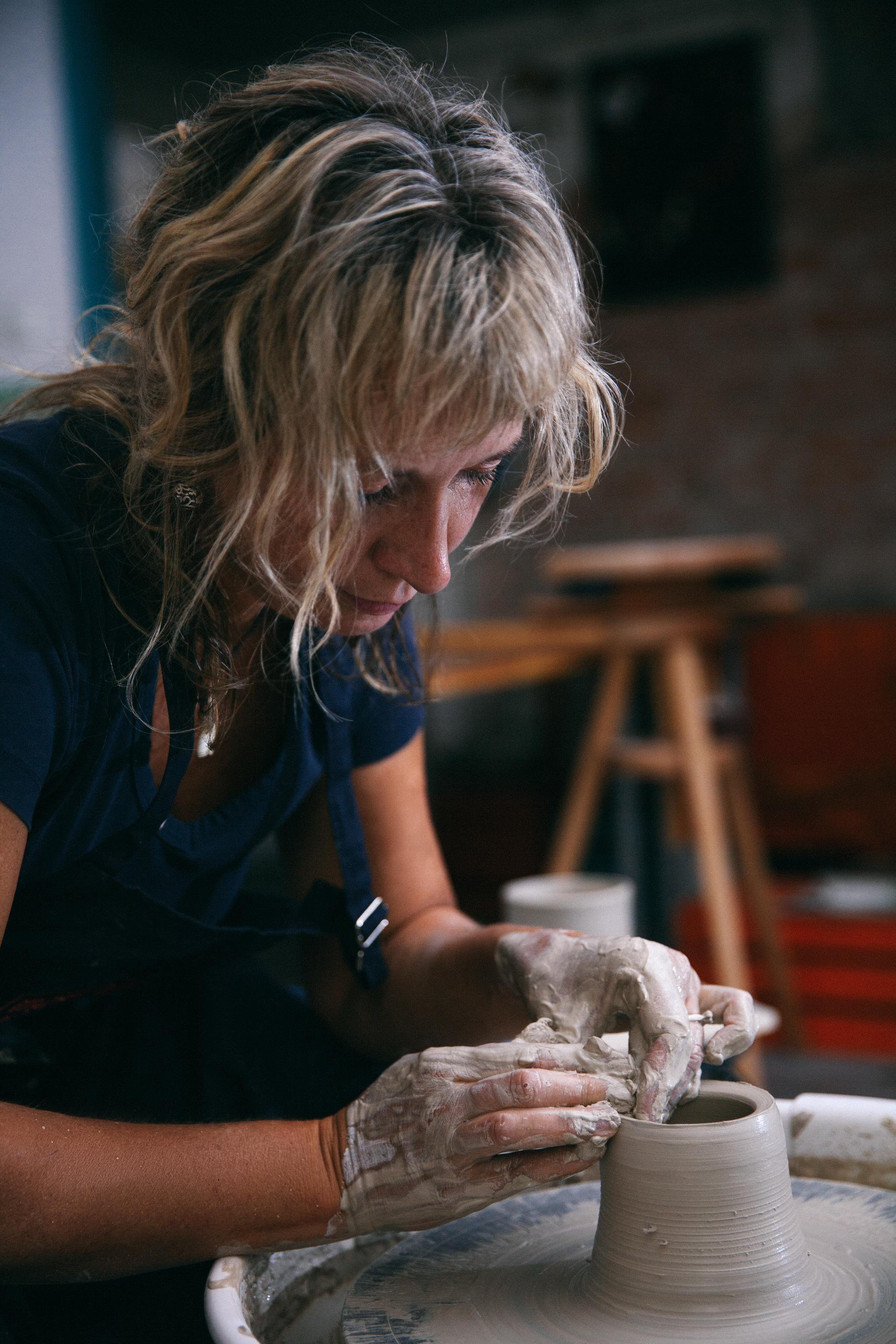 kobieta w pracowni gliny