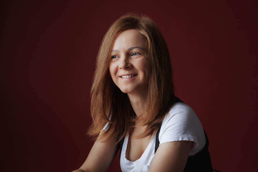 portret kobiety w studiu na czerwonym tle