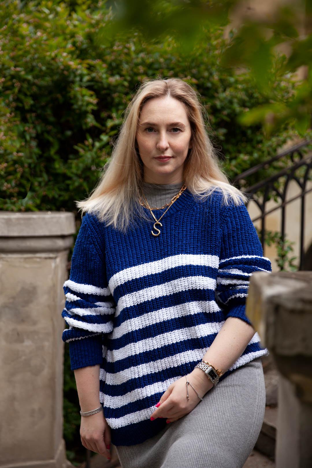 kobieta w swetrze biało niebieskim w paski