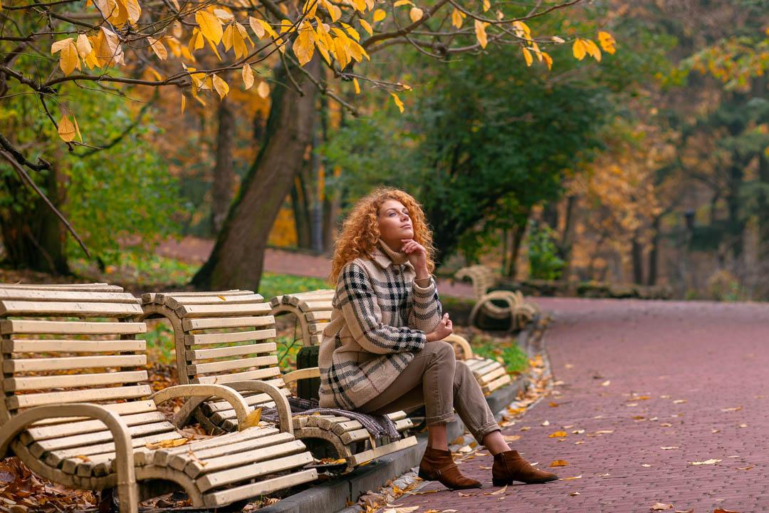 portret rudowłosej dziewczyny w plenerze