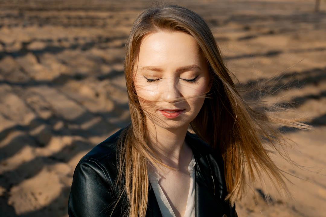 portret kobiety na piasku